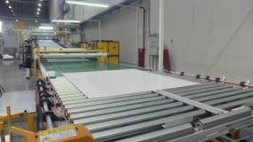 生产线运输的被切开的塑料板料在商店 股票视频
