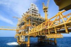 生产能量的建筑平台 油和煤气平台在海湾或海,世界能量 库存图片