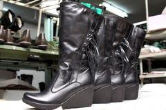 生产设计师鞋子 由人的手的鞋类生产 Sho 免版税库存图片