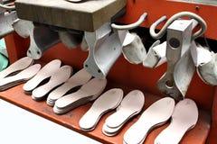 生产设计师鞋子 由人的手的鞋类生产 Sho 免版税图库摄影