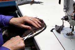 生产设计师鞋子 由人的手的鞋类生产 Sho 图库摄影