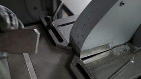 生产过程在金属片断的刀面角在现代金属工艺车床 影视素材