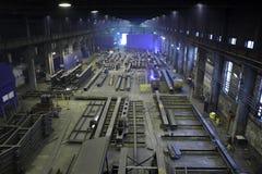 生产钢建筑在植物金属结构, p放光 库存照片