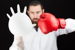 医生佩带的拳击手套藏品膨胀的手套 免版税库存图片
