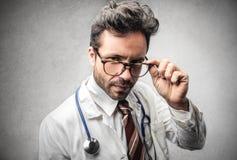 医生佩带的玻璃 图库摄影