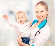 医生儿科医生和耐心愉快的儿童婴孩 图库摄影