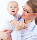 医生儿科医生的小甜婴孩 免版税库存照片