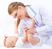 医生儿科医生的美丽的婴孩白色背景的 图库摄影