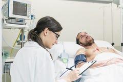 医生关心一名病的患者 库存图片