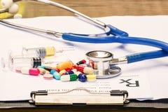 医生写着一张处方,听诊器 库存图片