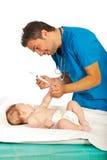 医生准备好对疫苗婴孩 库存图片