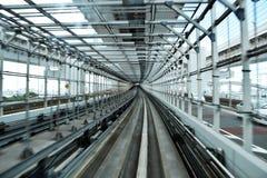 生动描述在一列市郊火车里面在aproaching O的末端东京 库存图片