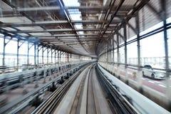 生动描述在一列市郊火车里面在aproaching Odaiba ` s彩虹桥梁的末端东京 免版税库存图片