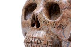 生动描述在白色隔绝的碧玉现实水晶被雕刻的头骨 库存图片