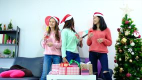 生动描述显示在家庆祝圣诞节的小组朋友 股票录像