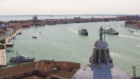 生动描述有历史大厦的海洋都市风景渠道在银行,威尼斯 股票录像