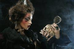 生动描述有头骨的一名美丽的幻想妇女 播种被扩大的火光灵活性光晕月光奥秘影子蜘蛛网的大明亮的铸件古怪 库存图片
