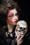 生动描述有头骨的一名美丽的幻想妇女 播种被扩大的火光灵活性光晕月光奥秘影子蜘蛛网的大明亮的铸件古怪 免版税库存照片