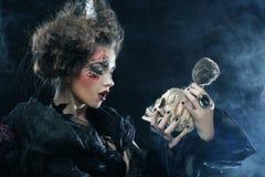 生动描述有头骨的一名美丽的幻想妇女 播种被扩大的火光灵活性光晕月光奥秘影子蜘蛛网的大明亮的铸件古怪 图库摄影