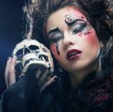 生动描述有头骨的一名美丽的幻想妇女 播种被扩大的火光灵活性光晕月光奥秘影子蜘蛛网的大明亮的铸件古怪 免版税库存图片