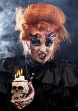 生动描述有头骨的一名美丽的幻想妇女 播种被扩大的火光灵活性光晕月光奥秘影子蜘蛛网的大明亮的铸件古怪 免版税图库摄影