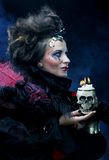 生动描述有头骨的一名美丽的幻想妇女 库存照片