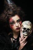 生动描述有头骨的一名美丽的幻想妇女 免版税库存图片