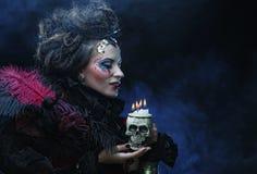 生动描述有头骨的一名美丽的幻想妇女 免版税库存照片