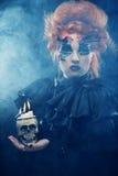 生动描述有头骨的一名美丽的幻想妇女 图库摄影