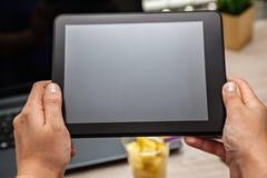 生动描述果子午餐盒在使用数字式片剂的办公室 免版税库存图片
