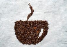 生动描述由豆做的一杯咖啡在委员会 免版税图库摄影