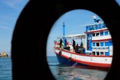 生动描述蓝色和桃子lifebuoy小船渔海  免版税图库摄影