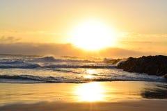 生动的海滩日出 免版税库存图片