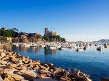 生动的美丽的镇莱里奇在利古里亚,意大利 免版税库存照片