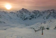 生动的美好的日落鸟瞰图在多雪的滑雪胜地的 免版税库存图片