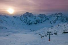 生动的美好的日落鸟瞰图在多雪的滑雪胜地的 图库摄影