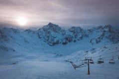 生动的美好的日落鸟瞰图在多雪的滑雪胜地的 库存照片