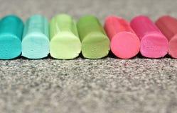 生动的颜色铅笔黏附调色板,五颜六色的背景 图库摄影