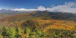 生动的Catskill山脉秋天全景 免版税图库摄影