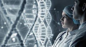 生化科学家在工作 混合画法 免版税库存照片