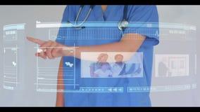医生卷动通过交互式视频技术菜单 库存图片