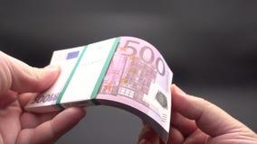 生叶通过堆钞票 影视素材