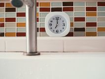 生命概念与时钟的惯例在卫生间里 库存图片