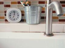 生命概念与时钟的惯例在卫生间里 免版税库存照片