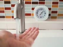 生命概念与时钟的惯例在卫生间里 免版税库存图片