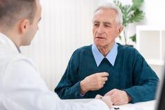 医生和一名年长患者 库存照片