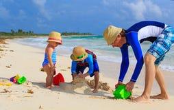生和使用与沙子的两个孩子在夏天 库存照片