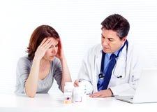 医生和患者妇女。 免版税库存照片