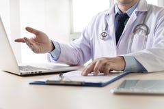 医生和患者谈论某事,手谈话doc 免版税库存照片
