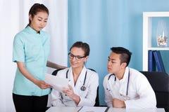医生和护士在工作期间 免版税图库摄影